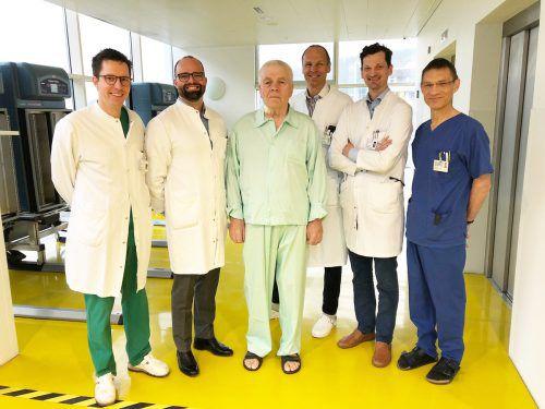 OA Peter Tschann, Primar Ingmar Königsrainer, Primar Reinhard Germann, Primar Holger Rumpold und OA Markus Lins (v.l.) freuen sich mit dem Patienten (3. v. l.) über dessen gelungene Genesung. KHBG