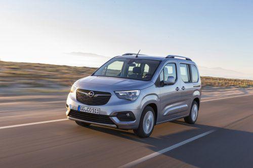 Opel legt den Hochdachkombi Combo neu auf. Ab dem Sommer teilt sich der Familien-Shuttle die Technik mit Peugeot Partner und Citroën Berlingo, tritt optisch aber eigenständig auf. Neben neuer Technik gibt es auch frische Motoren. Generell legt der Combo viel Wert auf Alltagsnutzen und Variabilität. So sind zwei Längenvarianten mit 4,40 Metern und 4,75 Metern zu haben.