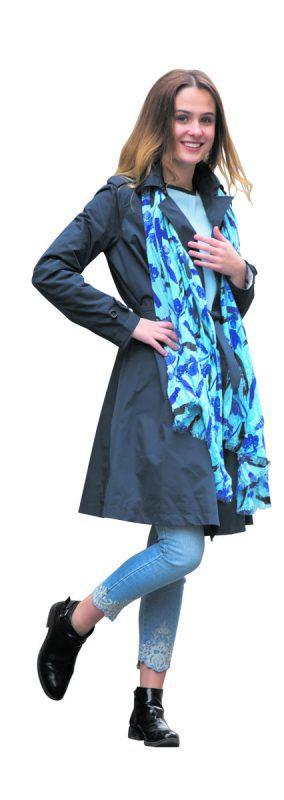 oversized             Lisa in einem lässig-eleganten Outfit von Benetton Feldkirch: Trenchcoat in Überlänge, 129 €, 7/8-Jeans mit Stickerei, 49,95 €, Schal 17,95 €. VN/hartinger