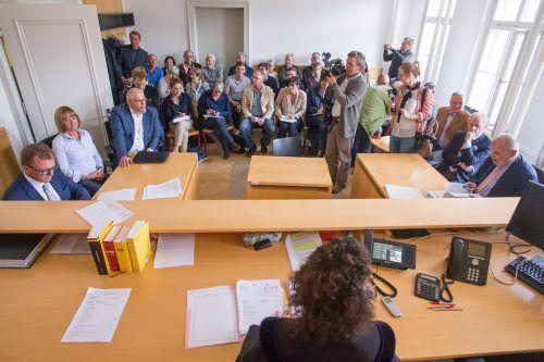 Prall gefüllt war der Gerichtssaal im Bezirksgericht Bludenz, wegen Überfüllung mussten sogar einige Besucher den Raum verlassen.VN/Steurer