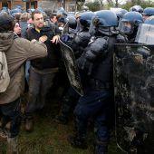 Gendarmen räumen Flughafenareal