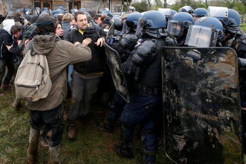 """Eine """"rechtsfreie Zone"""" solle geräumt werden, sagte Innenminister Gerard Collomb."""