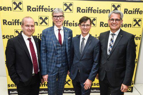 Raiffeisen-Vorstand Jürgen Kessler, Wilfried Hopfner und Michael Alge mit Richard Erne (Raiffeisenbank Feldkirch). Mittelberger
