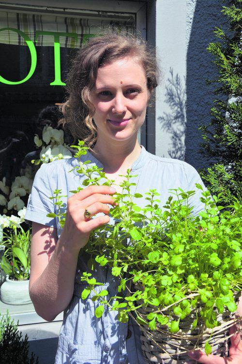 Ramona Bereiter riecht im Vorbeigehen am Olivenkraut. Hofer