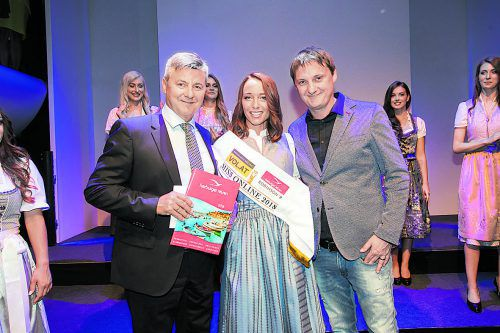 Reiseexperte Klaus Herburger und VOL.AT-Chefredakteur Marc Springer überreichten Sophia aus Schruns den Reisegutschein.