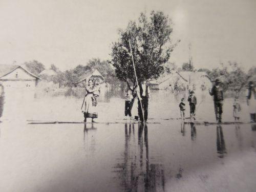 Rheinnot 1888: In Lustenau war man mit Flößen unterwegs, nachdem der Fluss über die Ufer getreten war. Gemeindearchiv