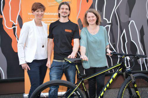 Sandra Mager (Hofsteigkarte), Philipp Puchmayr und die glückliche Gewinnerin Eva Winder.