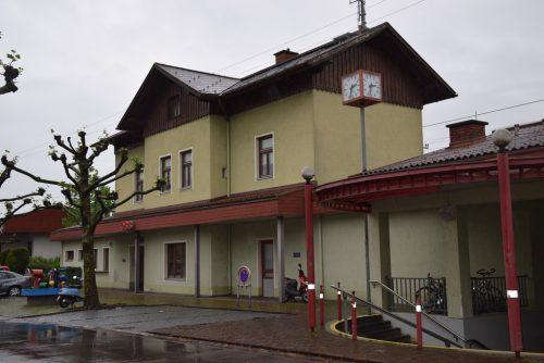 Schon Jahre im Gespräch, könnte es mit dem Umbau des Bahnhofes in der Kummenberggemeinde noch einige Jahre dauern. Veronika Hotz
