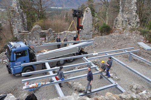 Schüler der LBS Bludenz halfen bei der Errichtung der Stahlkonstruktion mit. hab