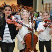 Junge Streicher auf der Schulsaalbühne