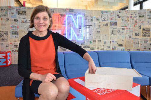 Schullandesrätin Barbara Schöbi-Fink kam als Glückfee in die VN-Redaktion und zog zehn Lose aus der Box. Ger