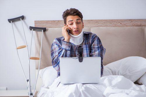 Selbst im Krankenstand bleiben viele Arbeitnehmer für die Firma erreichbar.