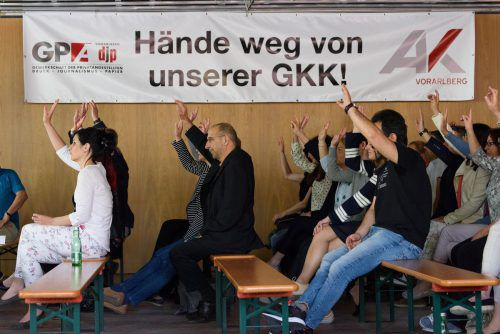 Statt Hände weg: Für den Erhalt einer eigenständigen Gebietskrankenkasse gingen bei der Betriebsversammlung alle Hände hoch.vn/stiplovsek