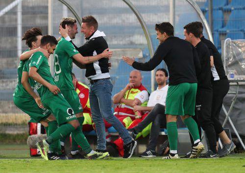 Trainer Gernot Plassnegger gratuliert Torschütze Marcel Canadi. gepa
