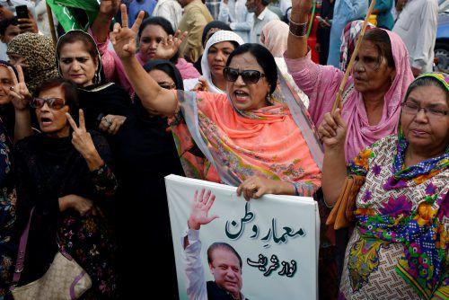 Unterstützer von Sharif protestieren gegen die Gerichtsentscheidung. reuters