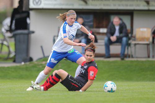 Veronika Vonbrül (links) und Co. wollen heute mit erfrischendem Offensivfußball in Bergheim den ersten Auswärtssieg einfahren.sams