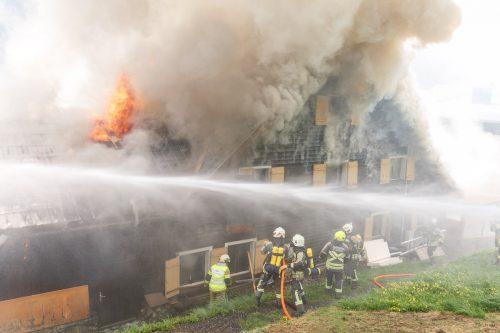Vom Ferienhaus stieg dichter Rauch auf, als die Einsatzkräfte eintrafen. Flammen loderten aus dem Dachstuhl. Hofmeister