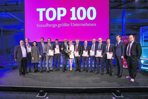Vorarlbergs größte Arbeitgeber mit VN-Wirtschaftspreisträger Volker Buth, Bundeskanzler Sebastian Kurz, Landeshauptmann Markus Wallner und VN-Chefredakteur Gerold Riedmann.