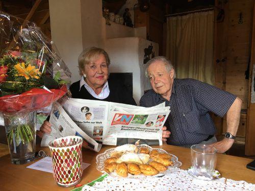 Wenn Bruder Hugo zu Besuch ist, sieht sich Renate Vogt gerne die Vorarlberger Nachrichten gemeinsam mit ihm durch. VN/Gunz