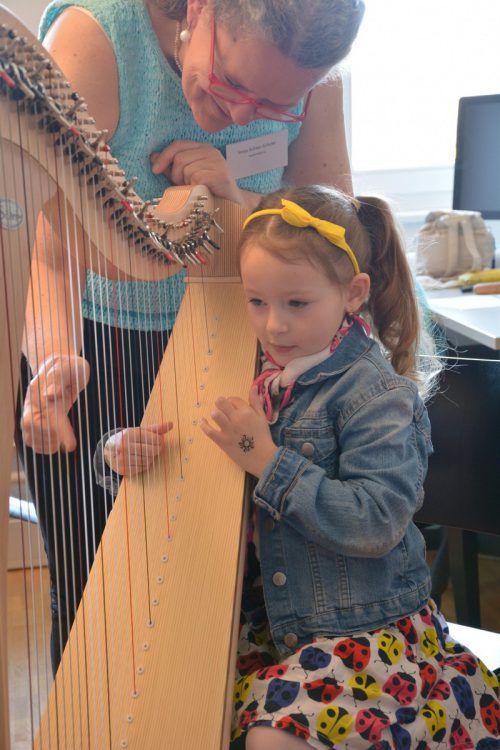 Wie man eine Harfe zupft, bekam diese junge Dame gezeigt.