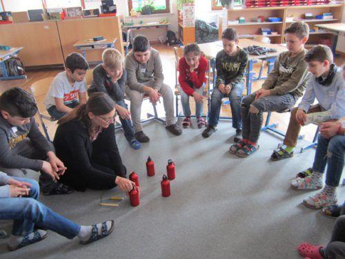 Wie Wärme gespeichert wird, lernten die Schüler am Beispiel von Trinkflaschen.