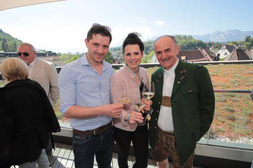 Winzer Bernhard Ernst (l.) mit Simone Jordan und Karl Thaller.