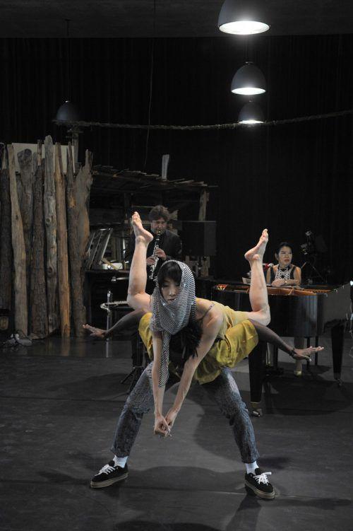 """Yui Kawaguchi mit Kofie da Vibe und den Musikern Louis Sclavis und Aki Takase in """"Da Capo"""" im Kunsthaus Bregenz. KUB/Sagmeister"""