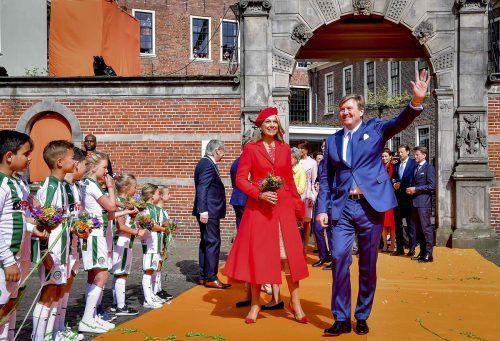 Zahlreiche Gratulanten begrüßten in Groninen das Königspaar. AFP