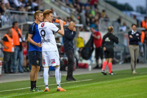 Als Athletiktrainer und Physiotherapeut kümmert sich Martin Hämmerle um die SCRA-Spieler, im Bild links mit Christian Gebauer.gepa