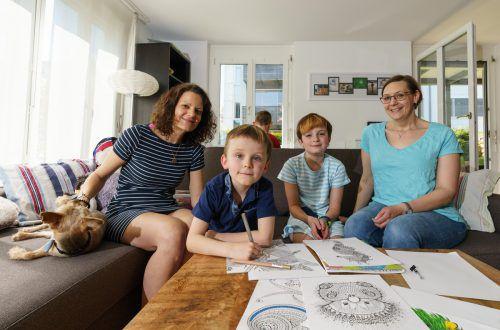 Angela Kreil (l.) und Antje Lange sind stolz auf ihre Kinder Lena Marie, Manuel und Johannes. Beide Frauen haben eine körperliche Beeinträchtigung. VN/Stiplovsek