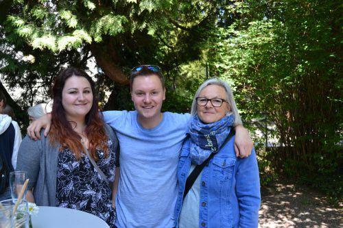 Anna Salcher, Benedikt Drexel und Elisabeth Kositz (v. l.) überzeugten sich vom neuen Kleiderzirkus in Bludenz. BI
