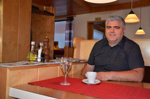 Antonio lädt von Armut betroffene Menschen in seine Pizzeria zum Essen ein. vn/hrj