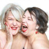 Eindringliche Gespräche unter zwei Freudenmädchen