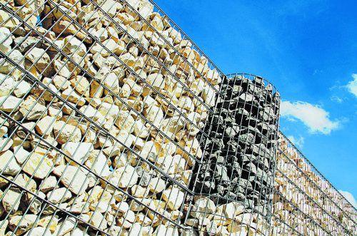 Begrenzung Wer sein Grundstück mit einer Mauer oder einem Zaun einfriedet, muss die dafür geltenden Vorschriften einhalten. Fotos: lichtkunst.73_pixelio.de, Shutterstock