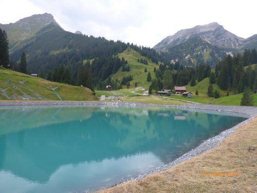Bei der Ausformung des Beckens und der Gestaltung der Uferbereiche wurde auf eine naturnahe Ausführung Wert gelegt. illwerke
