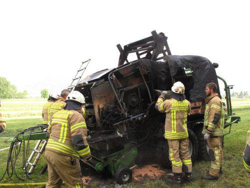 Beim Pressen von Heuballen schlugen plötzlich Flammen aus der Maschine. FW Dornbirn