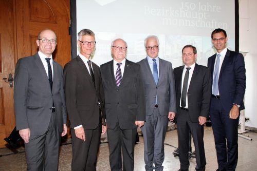 Bezirkshauptmänner Herbert Burtscher, Helgar Wurzer, Johannes Nöbl und Elmar Zech, Landesamtsdirektor Günther Eberle sowie LH Markus Wallner (v.l.). VN/JS
