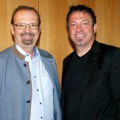 <p>Bürgermeister Rainer Siegele (l.) mit Carlos Martinez.</p>