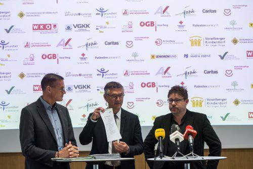 Christian Bernhard, Manfred Brunner und Burkhard Walla (v. l.) führten die Solidaritätskundgebung zugunsten einer starken VGKK an. vn/steurer