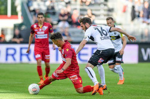 Daniel Luxbacher (l.) gegen Emanuel Schreiner, der nach dem Ausfall von Philipp Netzer als Kapitän das Team auf das Feld führte.gepa