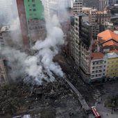 Brennendes Hochhaus eingestürzt