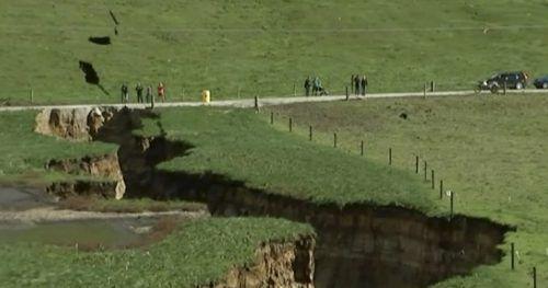 Das Loch ist rund 200 Meter lang, 30 Meter breit und 20 Meter tief. AP