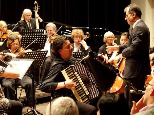 Das Stadtorchester Feldkirch unter seinem Leiter Murat Üstün mit dem Solisten Goran Kovacevic am Akkordeon. JU