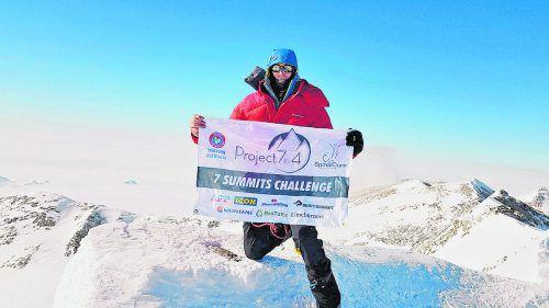 Der Australier Steve Plain hatte sein Projekt am 16. Jänner mit dem Aufstieg auf den 4892 Meter hohen Mount Vinson in der Antarktis begonnen. Youtube