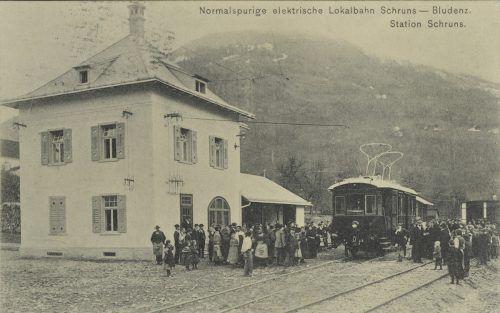Der Bahnhof Schruns war um 1905 der Dreh- und Angelpunkt für Reisende im Montafon.                              Helmut Klapper, Sammlung Ignacio Martinez, Ansichtskartensammlung, Vorarlberger Landesbibliothek