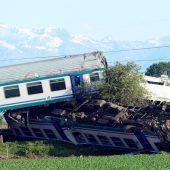Regionalzug mit Sattelschlepper kollidiert: zwei Tote, 20 Verletzte