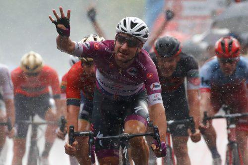 Der Mann für die Massensprints beim 101. Giro d'Italia: Elia Viviani feierte bei Dauerregen am Lago d'Iseo seinen bereits vierten Tagessieg.afp