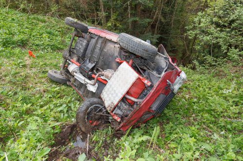 Der Pkw war im Ortsteil Türtsch in Fontanella über einen Hang abgestürzt und der 18-Jährige dabei aus dem Fahrzeug geschleudert worden. hofmeister