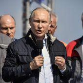 Putin eröffnet Brücke auf der Krim