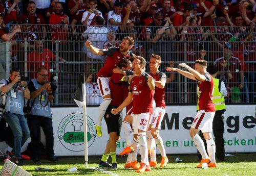 Der Schrunser Georg Margreitter (Nummer 33) bejubelt mit seinen Teamkollegen beim Auswärtsspiel in Sandhausen den Aufstieg.Reuters
